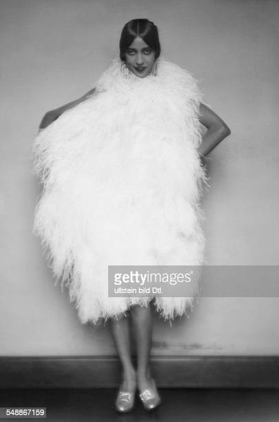 Walker Ruth Dancer USA fullfigure portrait in a white feather dress about 1928 Photographer Mario von Bucovich Vintage property of ullstein bild