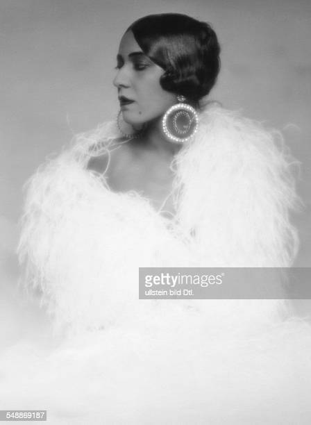Walker Ruth Dancer USA Portrait with a feather boa about 1928 Photographer Mario von Bucovich Vintage property of ullstein bild