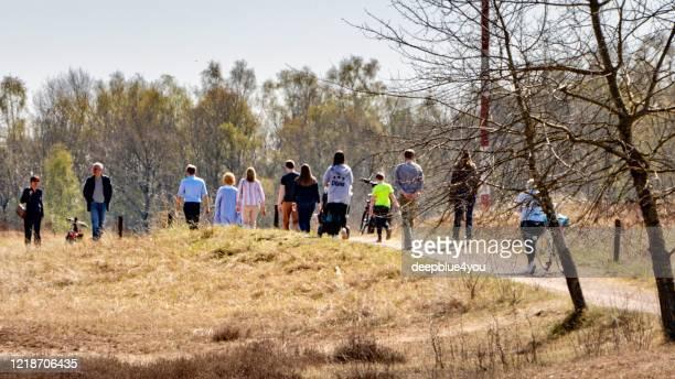 wandelaars genieten van het mooie weer op paaszondag tijdens de corona lockdown in het boberger niederung natuurreservaat in hamburg, duitsland - nature reserve stockfoto's en -beelden