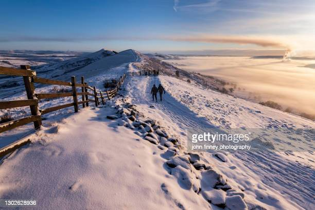 walkers on the great ridge at sunrise, castleton, peak district. uk - dawn stock pictures, royalty-free photos & images