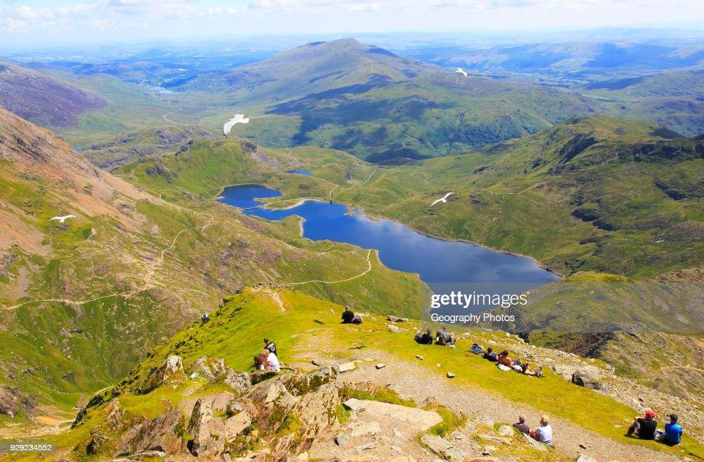 Walkers picnicking Lyyn Llydaw landscape, Mount Snowdon, Gwynedd, Snowdonia, north Wales : News Photo