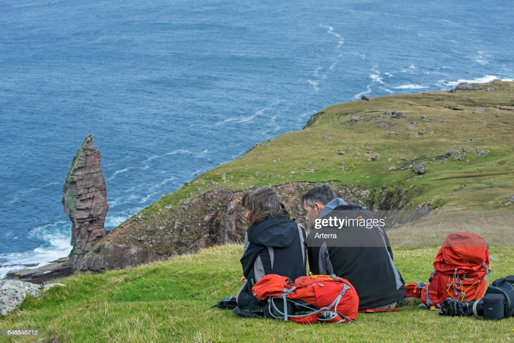 Walkers resting near the Old Man of Stoer. : ニュース写真