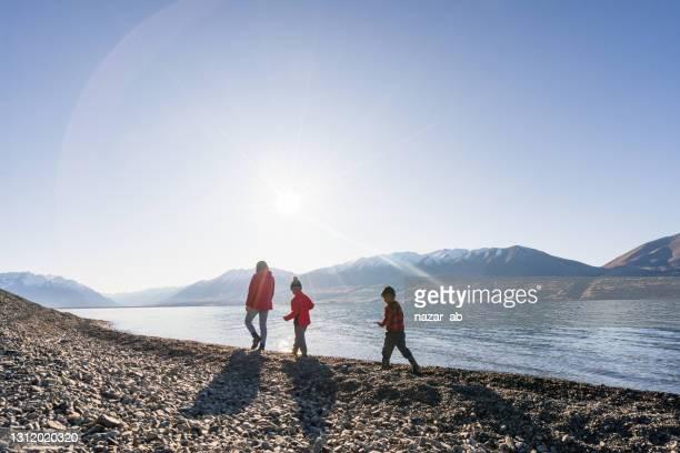 海岸線を歩いて楽しんで。 - ニュージーランド南島 ストックフォトと画像