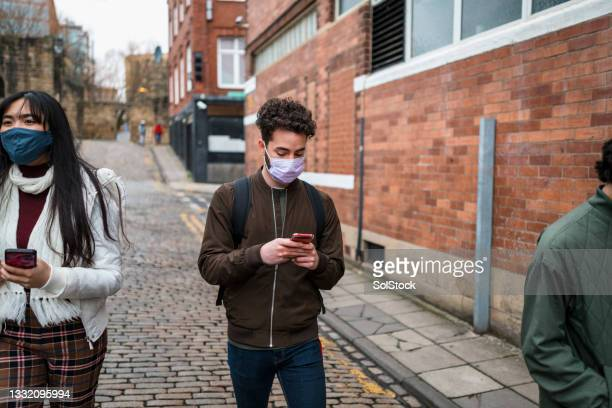 walking and scrolling - digital native stock pictures, royalty-free photos & images