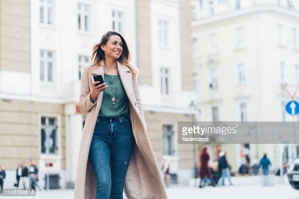 marche et textos - coat photos et images de collection