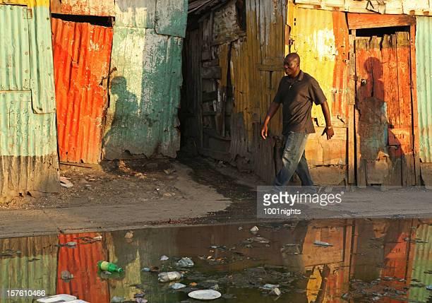 schwarzer mann zu fuß - haiti stock-fotos und bilder