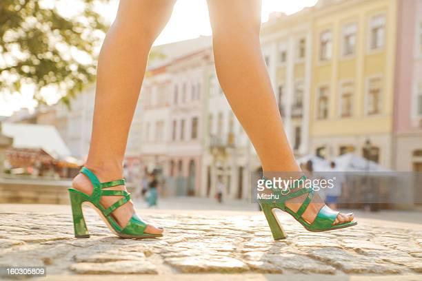 zu fuß auf kopfsteinpflaster street - beautiful legs in high heels stock-fotos und bilder