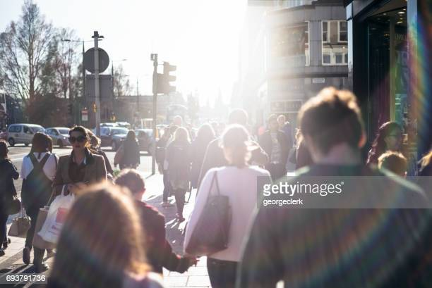 明るい日差しの中、スコットランド、エディンバラのプリンセス ・ ストリートを歩いてください。 - プリンシズ通り ストックフォトと画像