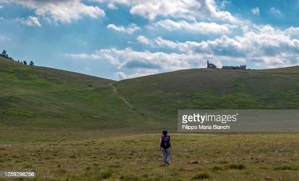 walking in campo imperatore - campo imperatore foto e immagini stock