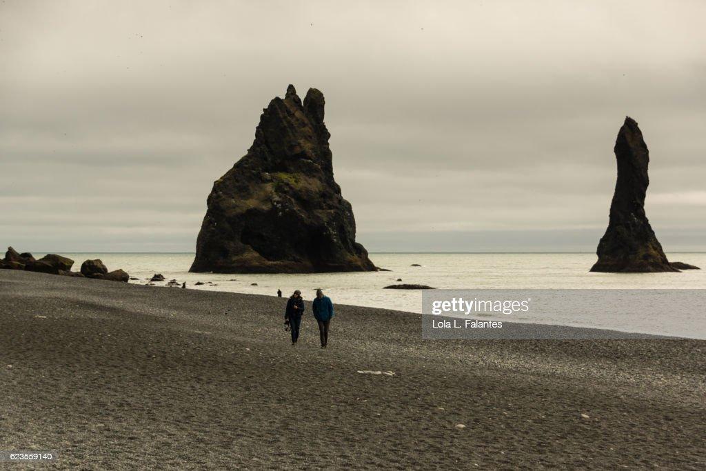 Walking in Reynisfjara, Iceland : Foto de stock