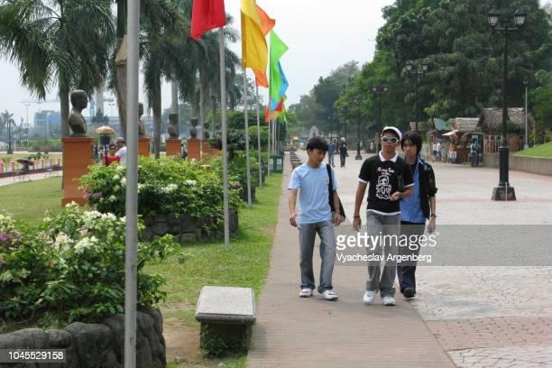 walking in rizal park, the best park in metro manila, philippines - argenberg fotografías e imágenes de stock