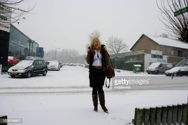 降雪でウォーキング - オランダ リンブルフ州 ストックフォトと画像