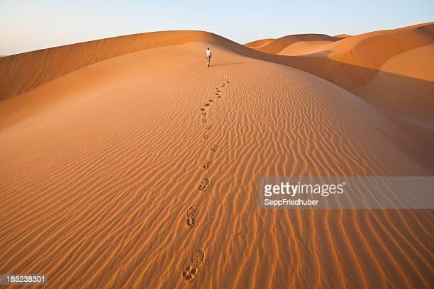 pasos en las dunas de arena con de pisadas - oman fotografías e imágenes de stock