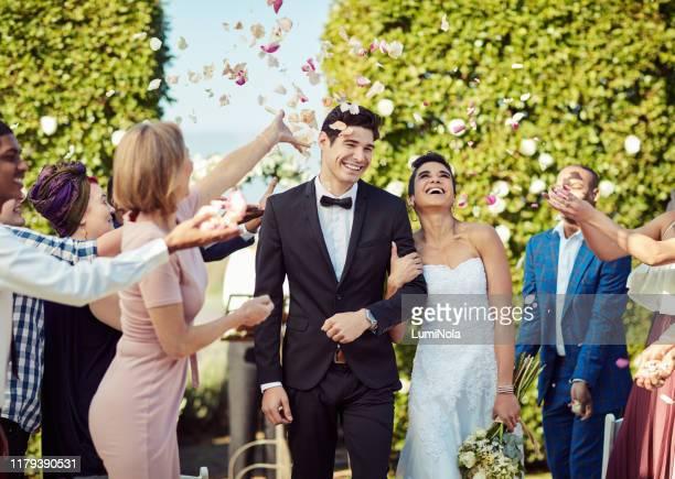 結婚した至福の中へ歩き出す - 結婚式 ストックフォトと画像
