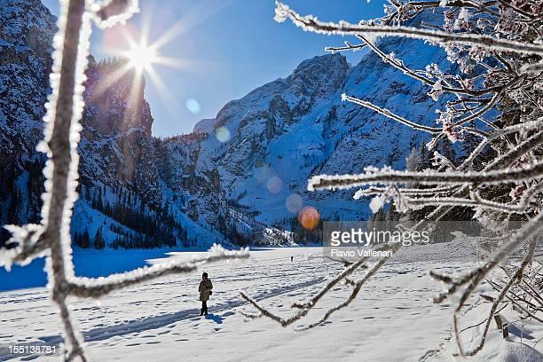 Camminare su congelato Lago di Braies, Italia