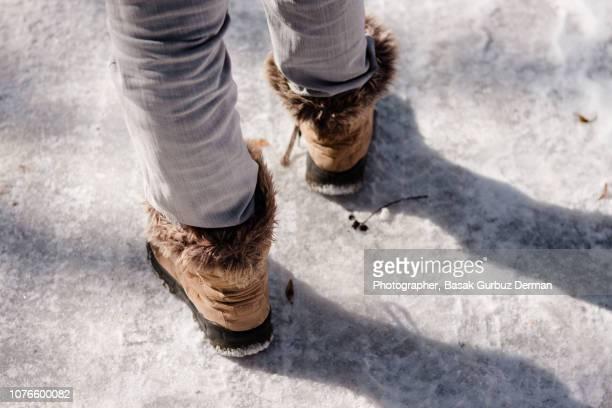 walking on ice - ブーツイン ストックフォトと画像