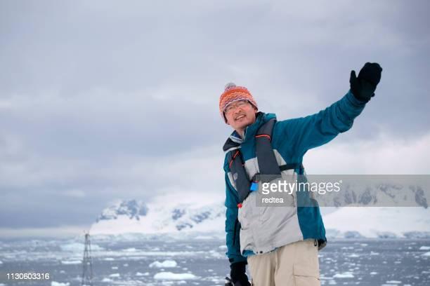 wandern auf der insel petermann und auf den eisbergen, antarktis, antarktis - aluhut stock-fotos und bilder