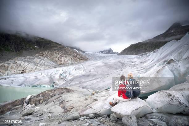 fuß auf sich zurückziehenden gletscher - gletscher stock-fotos und bilder