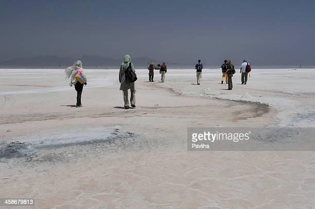 camminare sul lago salato orumieh iran - lake urmia foto e immagini stock