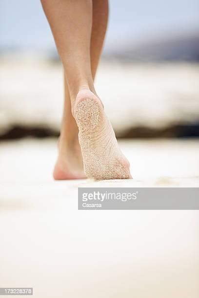 marcher sur le sable - beaux pieds et femme photos et images de collection