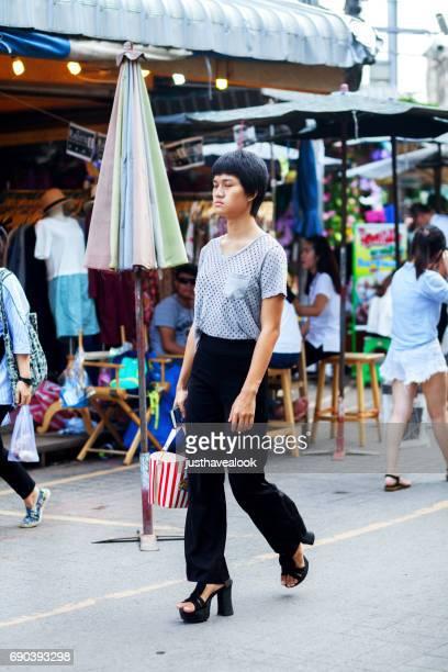 poca altura trans en mercado de fin de semana de chatuchak - kathoey fotografías e imágenes de stock