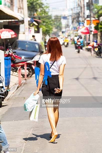 caminando tailandés y estudiante transexual - kathoey fotografías e imágenes de stock