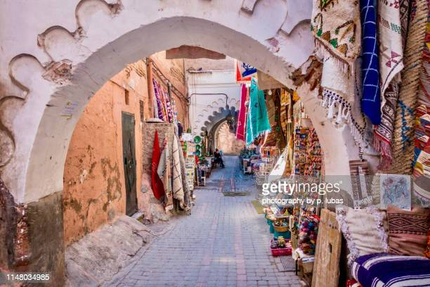walking though the souks in marrakech's medina - marrakech photos et images de collection