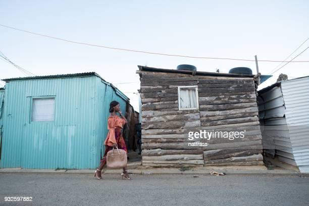 wandelen door de township - gemeente stockfoto's en -beelden