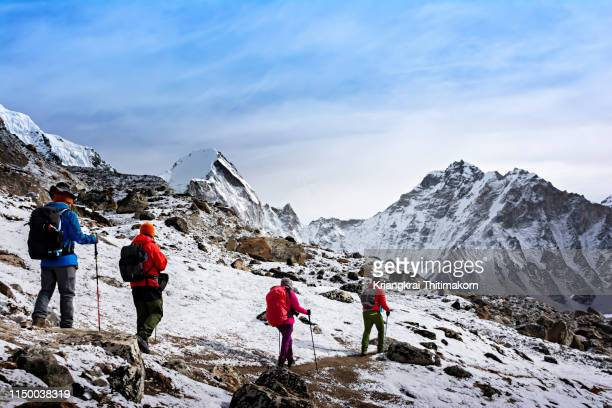 walking to everest base camp. - mt. everest stock pictures, royalty-free photos & images