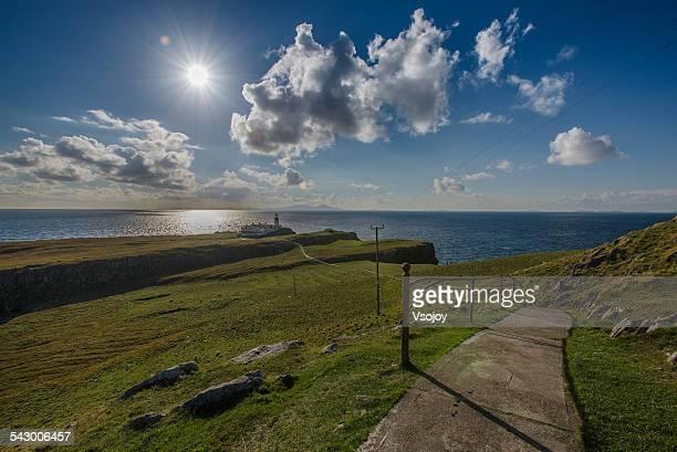 walking to the neist point lighthoue, skye - vsojoy stockfoto's en -beelden