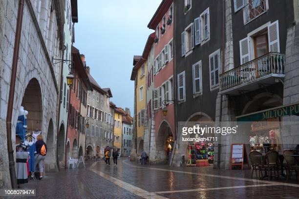 アヌシーの古代町の路上で観光客を歩く - フランス アヌシー ストックフォトと画像