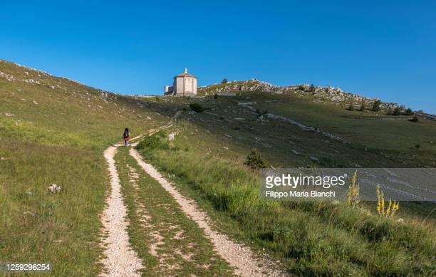 walking towards santa maria della pietà church - parco nazionale del gran sasso e monti della laga foto e immagini stock