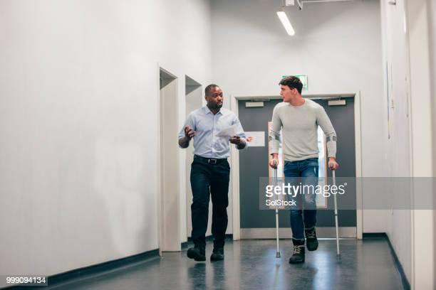 彼の工学の講師と歩く - 杖 ストックフォトと画像