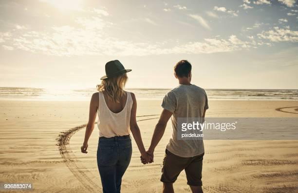 wandelingen langs het strand met bae - achter stockfoto's en -beelden