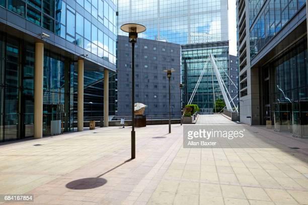 walkway in la defense financial district, paris - financieel district stockfoto's en -beelden