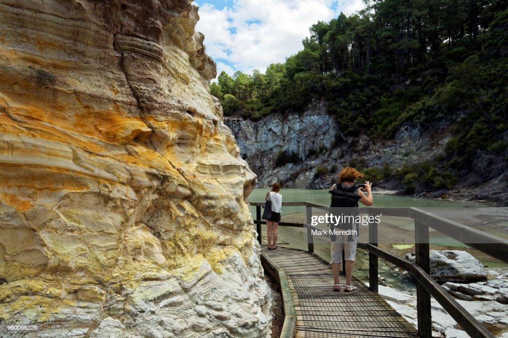 Walkway with coloured rock face at Wai-O-Tapu Thermal Wonderland : Stock-Foto