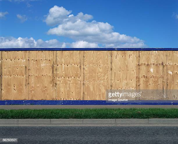 wall around a construction site - hek stockfoto's en -beelden