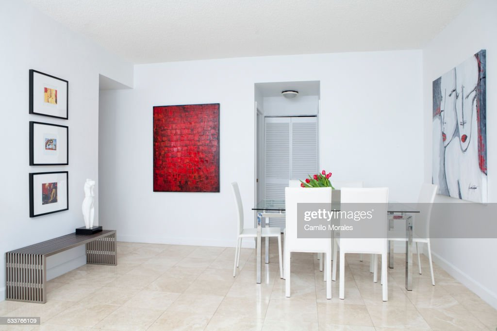 Wall art, table and chairs in modern dining room : Foto stock