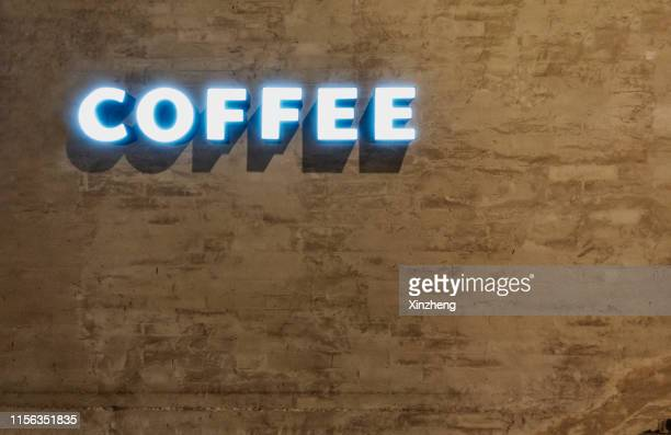"""wall background. """"cafe"""" text. - 口を使う ストックフォトと画像"""