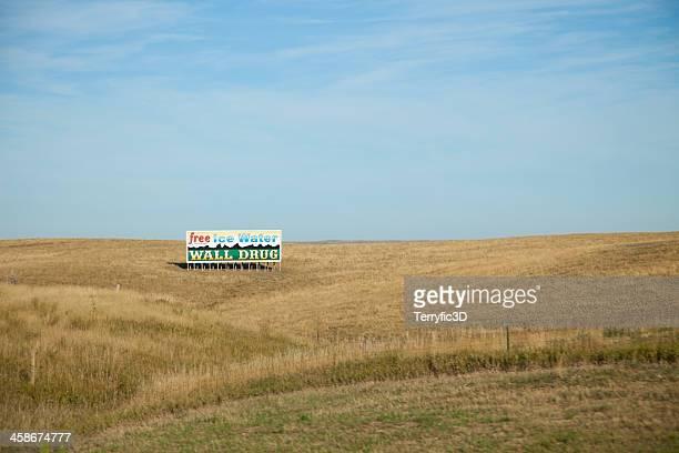 wall drug billboard in south dakota - terryfic3d stockfoto's en -beelden