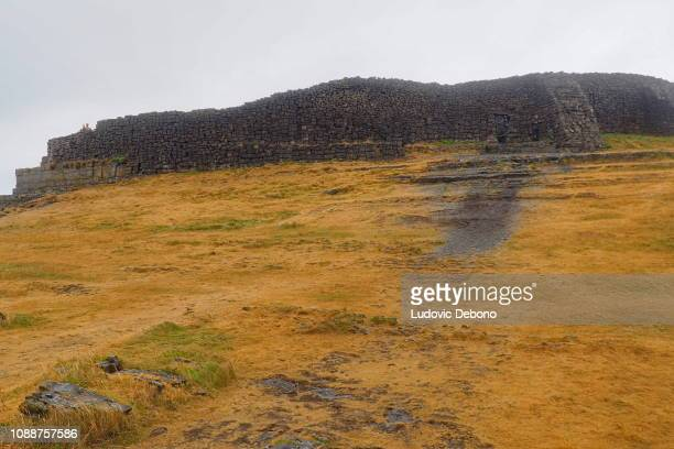 wall intrance of dun aenghus - dun aengus stock pictures, royalty-free photos & images
