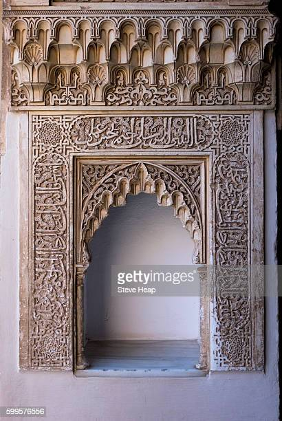 wall mounted niche with ornate carved arch in courtyard of alhambra palace granada, spain - alhambra granada fotografías e imágenes de stock