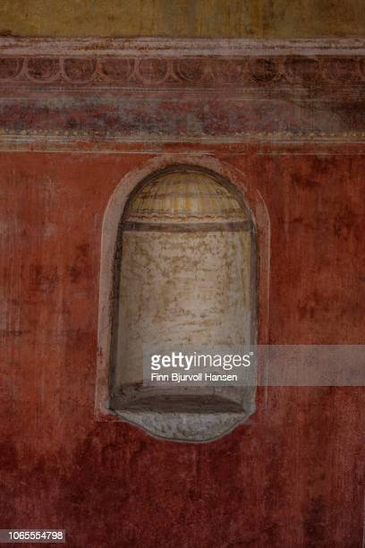a wall niche from a building in the city of pompeii italy - finn bjurvoll - fotografias e filmes do acervo