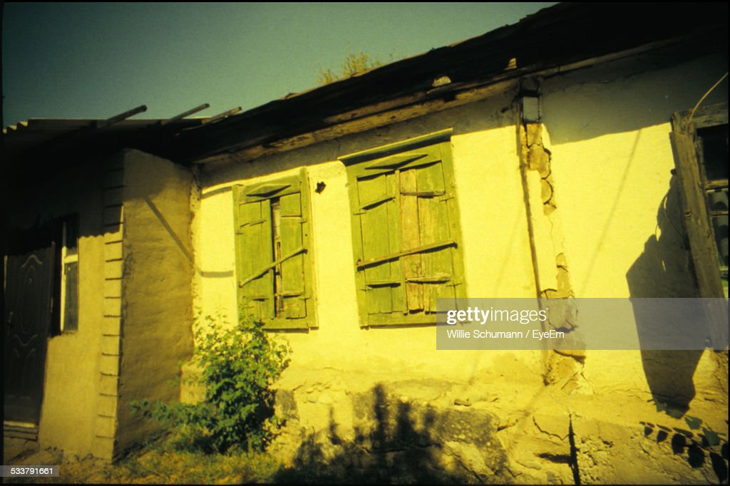 Wall Of Old House With Boarded Windows : Foto stock