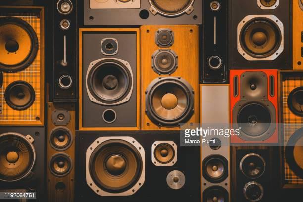 mur de rétro vintage style musique haut-parleurs sonores - musicien pop photos et images de collection