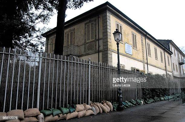 Wall of sandbags is stacked in front of Museo Villa Puccini, the lakeside villa and now a museum of composer Giacomo Puccini, on December 30, 2009 in...