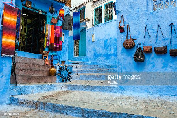 wall of souvenirs,stairs, street, chefchaouen,morocco,north africa - chefchaouen photos et images de collection
