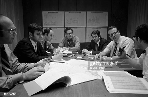 Wall Street Aux EtatsUnis à New York 24 Juillet 1970 dans le quartier de Wall Street à l'intérieur du New York Stock Exchange dans un bureau des...