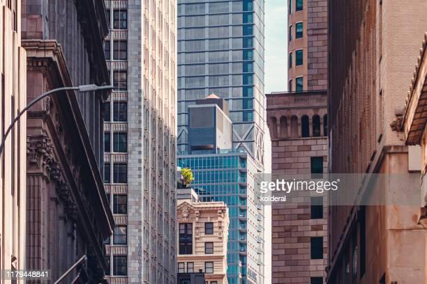 wall street buildings - quartiere finanziario foto e immagini stock