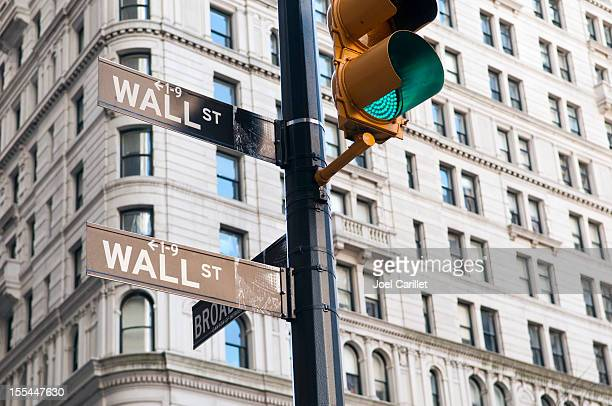 wall street green light - wall street lower manhattan stock pictures, royalty-free photos & images
